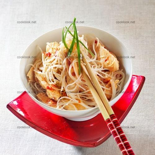 Poulet, vermicelles de riz et sauce cacahuètes