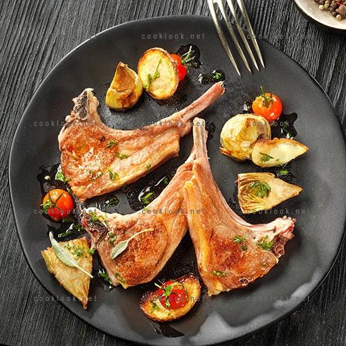 Côtes d'agneau aux légumes rôtis