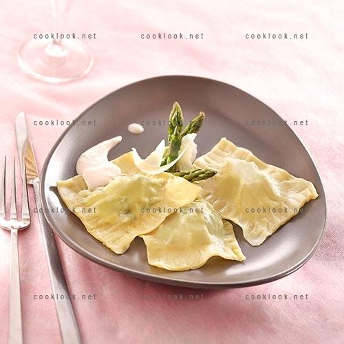 Asperges en raviolis et sauce au saumon