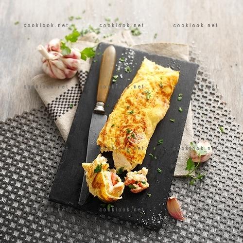 Omelette roulée au poulet et aux tomates