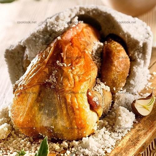 Pintade rôtie en coque de sel