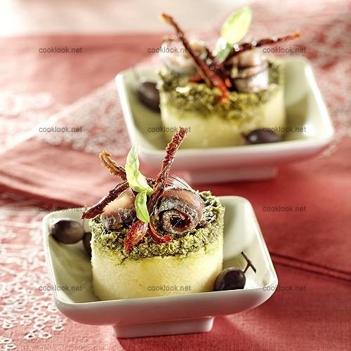 Galettes de polenta au pistou et aux anchois
