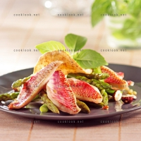 photo recette Salade de rougets poêlés, asperges et tuile de noisettes