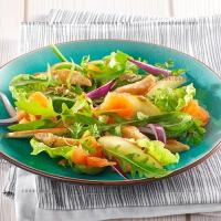 photo recette Saumon fumé, émincé de poulet et méli-mélo de salades aux pommes